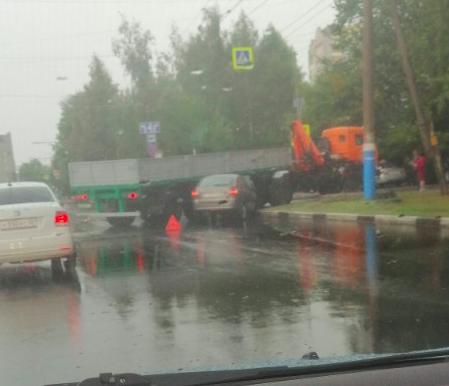 В Брянске на улице Советской легковушка протаранила грузовик