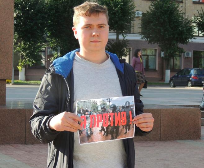 Брянские полицейские не отдают плакаты участникам пикета «За честные выборы»