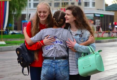 В Брянске волонтёры взяли в объятия жителей города