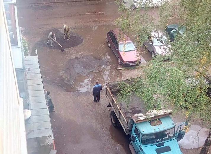В Брянске дорожники заасфальтировали огромную лужу на Орловской