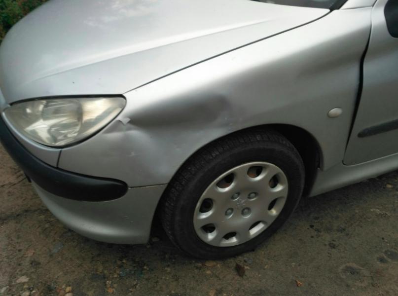 В Брянске неизвестный водитель разбил припаркованную иномарку