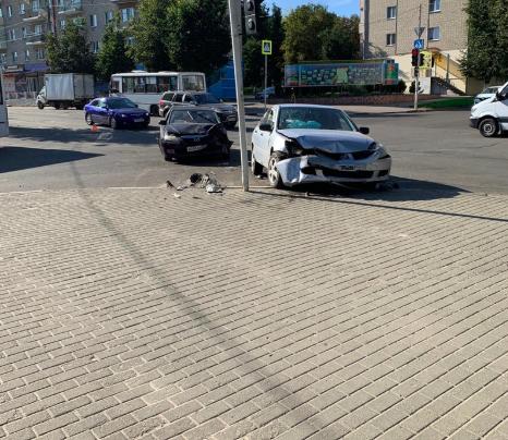 В Клинцах на перекрёстке разбились две легковушки