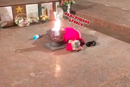 В Брянске алкаш устроил лежбище у Вечного огня