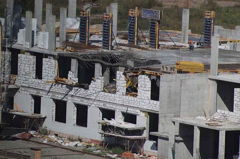 В Брянске рухнуло перекрытие строящейся школы на старом аэропорту