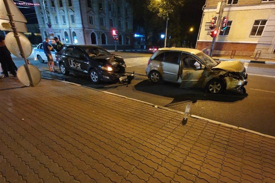 В Брянске автомобиль такси «Uber» попал в ДТП на проспекте Ленина
