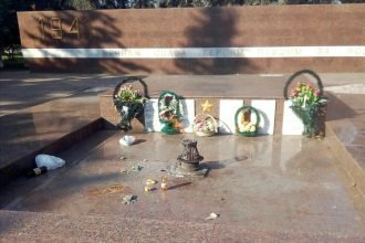 В сквере Ленина в Брянске вандалы изувечили Вечный огонь