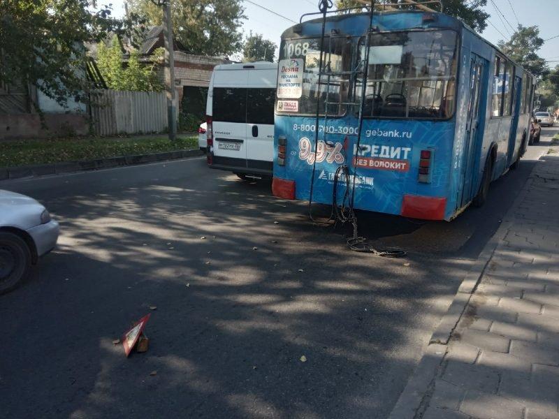 В Брянске на улице Урицкого столкнулись троллейбус и иномарка