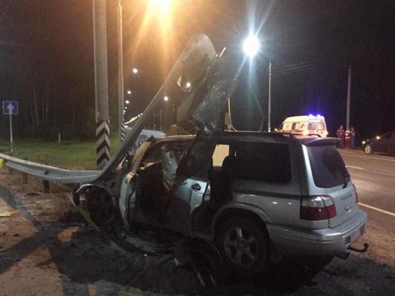 На брянской трассе водитель «Subaru» протаранил ограждение