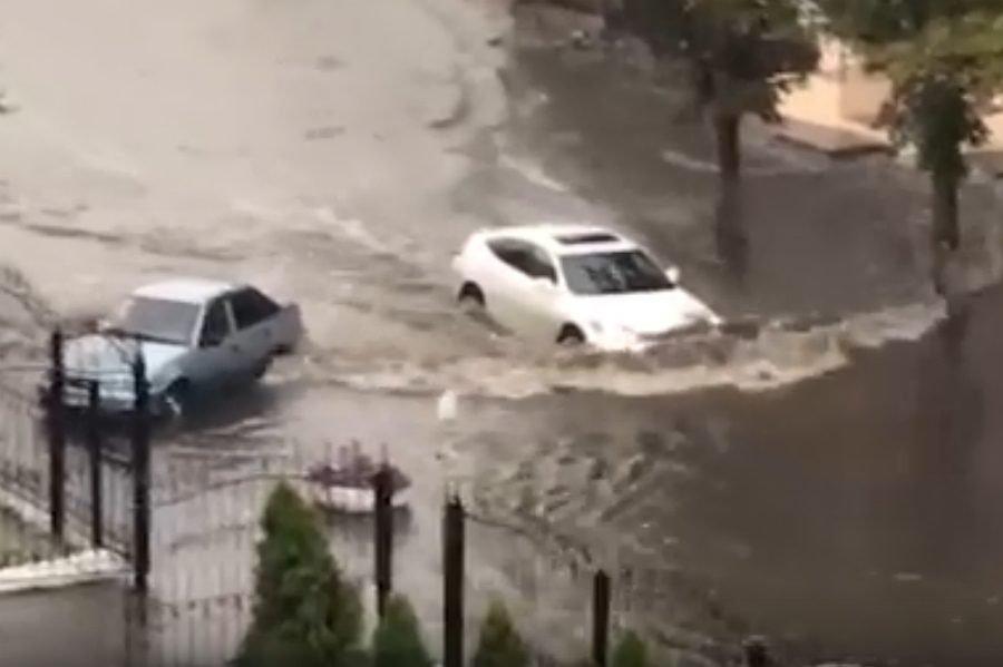 В Брянске из-за ливня затопило дорогу возле горбольницы №1