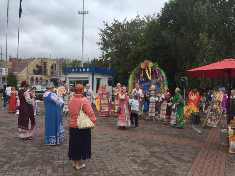 В Брянске на Кургане Бессмертия проходит фестиваль «Яблочный спас»