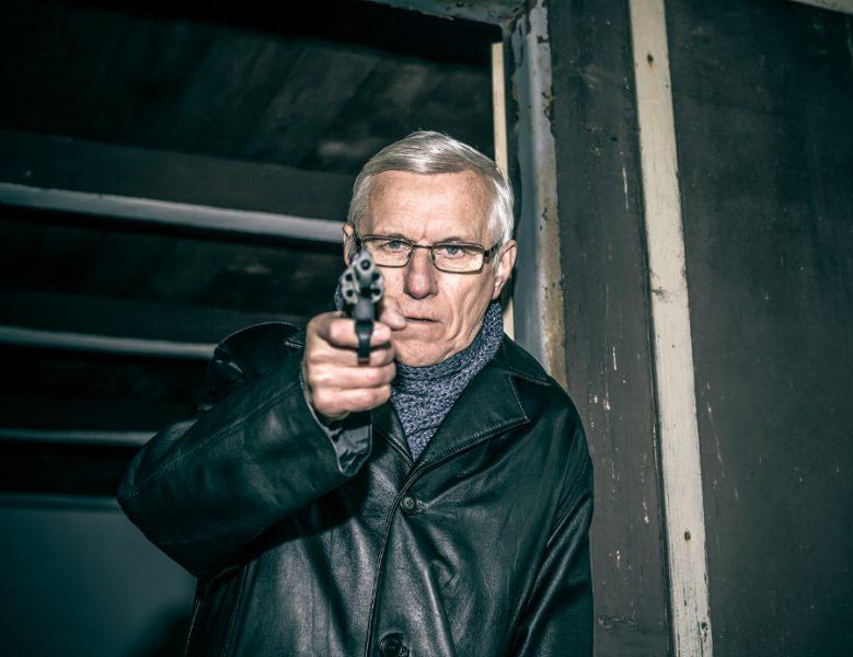 В Фокино вооруженный пистолетом пьяный пенсионер угрожал убить знакомого