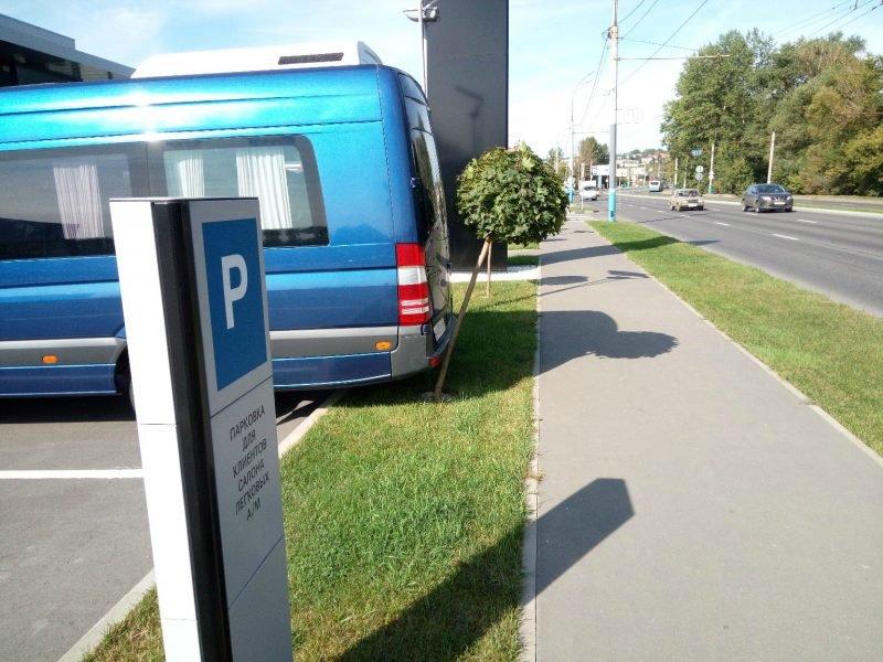 В Брянске сняли на фото неумелую парковку возле автосалона «Мерседес»