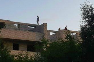В Брянске подростки устроили опасные игры на краю недостроенного дома