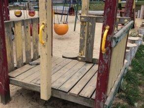 Жители Климово просят проверить детские площадки на соответствие ГОСТам