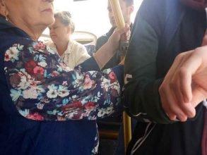 Брянцев возмутил парень, не уступивший место пенсионерке в автобусе