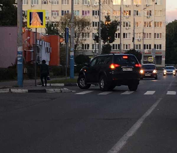 В Брянске возле Кургана сняли на фото автохама на солидном джипе