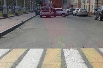 В Брянске на Набережной не разъехались два автомобиля