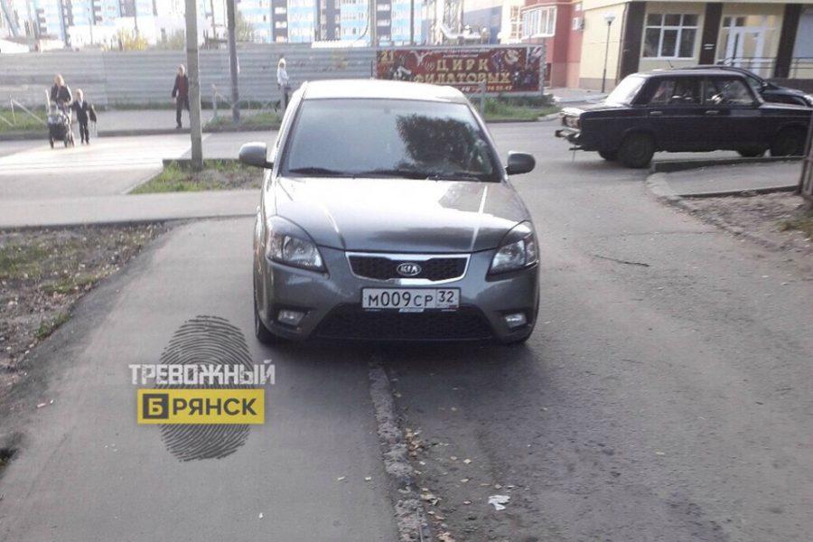 В Брянске сфотографировали наглую парковку у школы №60