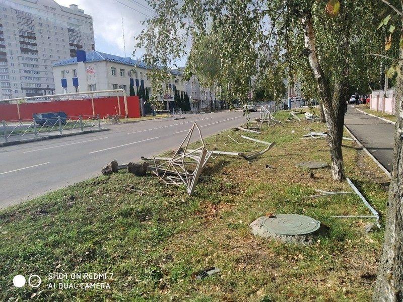 В Брянске возле областного ГАИ автомобиль снес забор