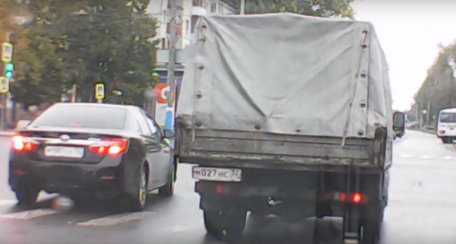 В Брянске на проспекте Московском сняли на видео сразу двух нарушителей