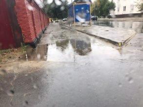В Новозыбкове новый тротуар утонул после дождя