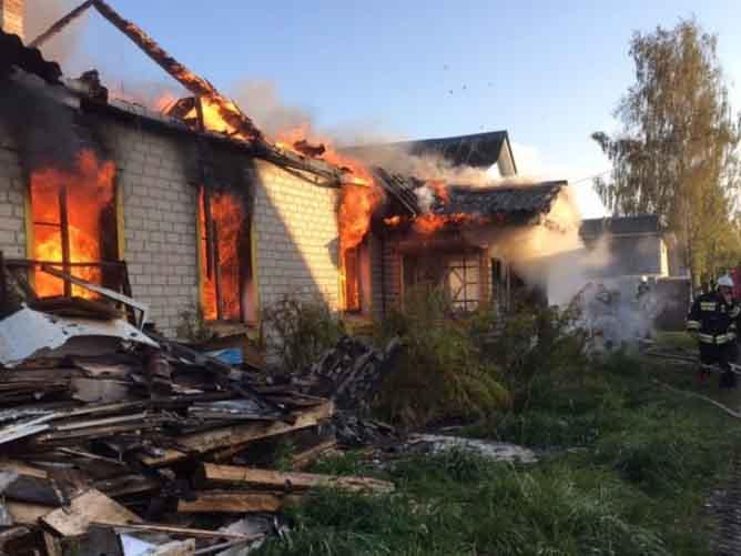 Жители Сельцо поблагодарили пожарных за спасение дома