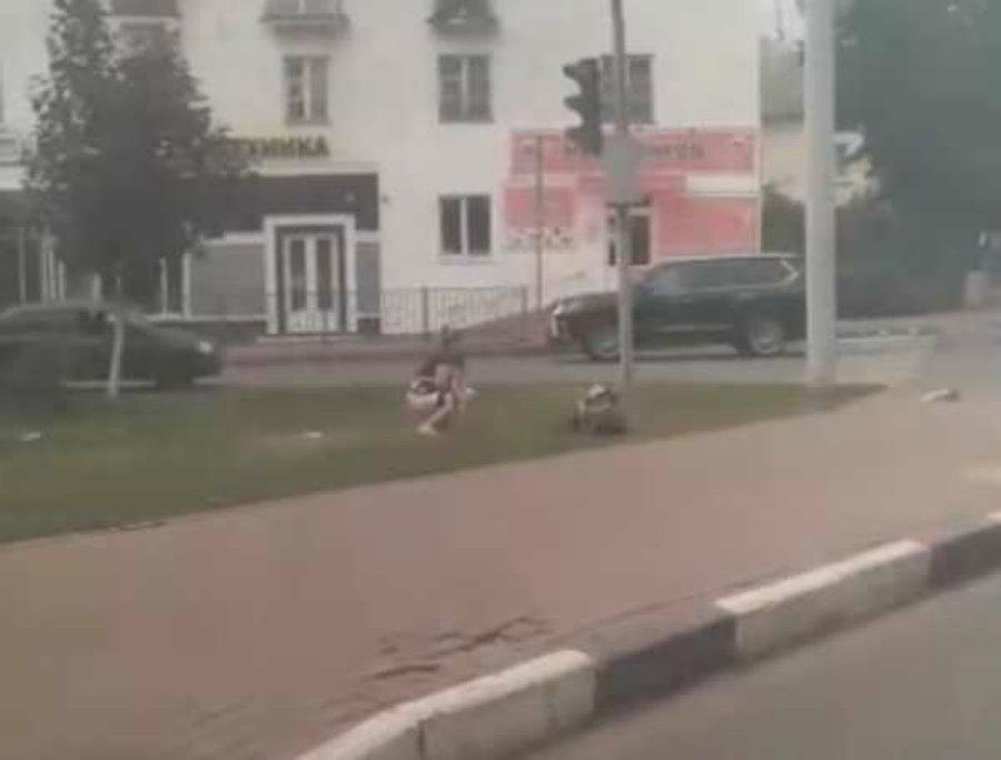 слежка девушек на улицах видео принимает большой