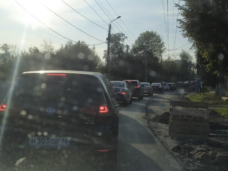 В Брянске улица Бежицкая встала в жуткой пробке