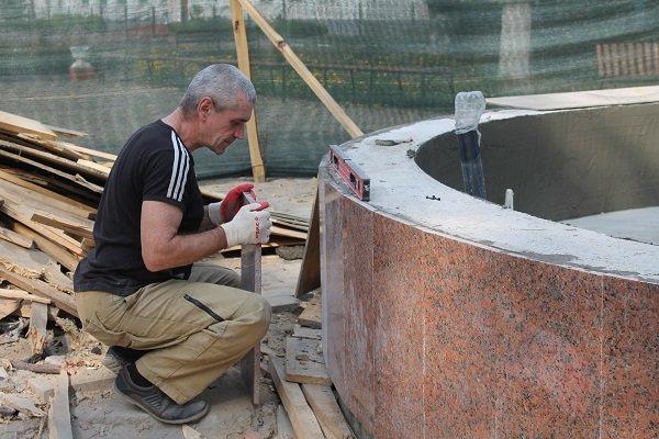 В Стародубе завершается строительство фонтана с вечерней подсветкой