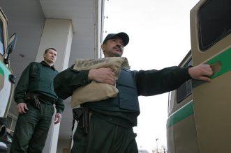 Банк России предложил брянцам заглянуть к инкассаторам и примерить бронежилет