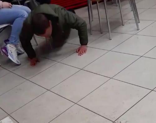 В Клинцах посетитель кафе устроил шоу с отжиманием за деньги