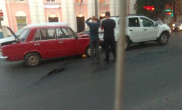В центре Брянска «копейка» протаранила Renault Duster