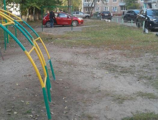 В Брянске Citroen помешал детям сыграть в футбол