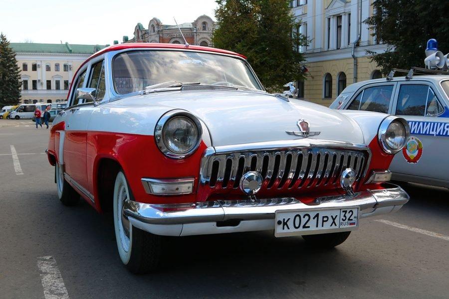 В Брянске в сквере Карла Маркса проходит выставка ретро-автомобилей