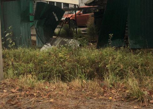 В Новозыбкове пьяный на Lada Vesta снёс забор и убежал
