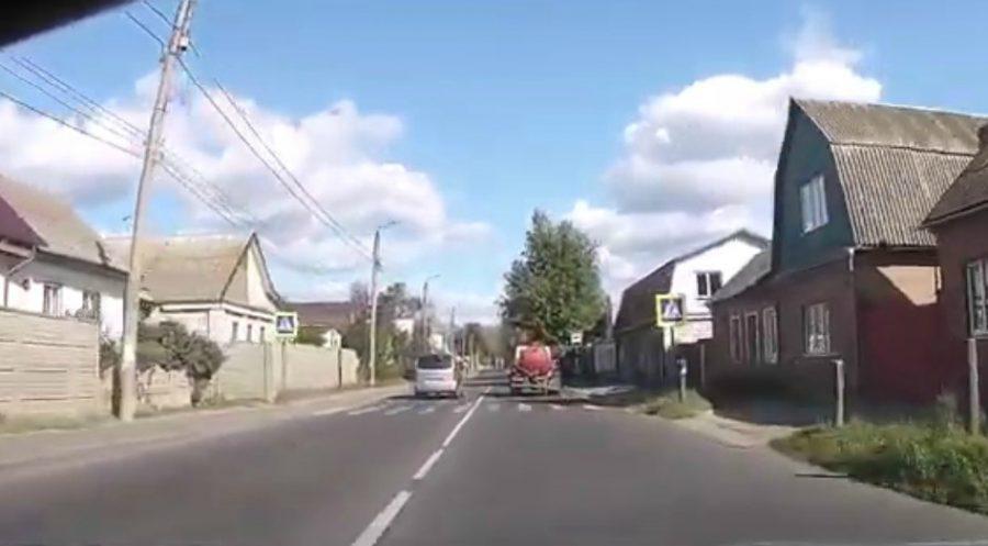 В Брянске сняли на видео опасный обгон на зебре