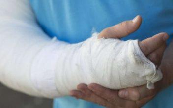 В Выгоничском районе водитель ВАЗа сломал плечо пешеходу