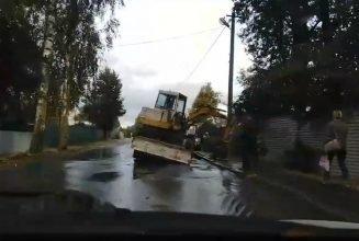 В Брянске сняли на видео провалившийся под землю большегруз