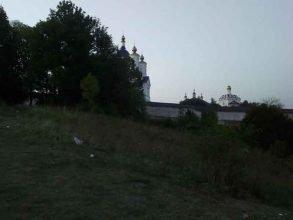 В Брянске у Свенского монастыря отдыхающие устроили свалку