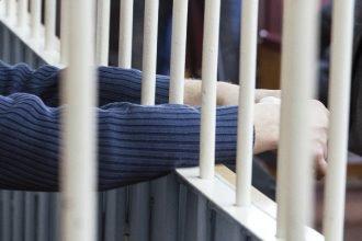 В Брянске 23-летний уголовник обокрал квартиру под носом её хозяина