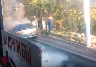 В Брянске возле бассейна ДОСААФ загорелся автомобиль
