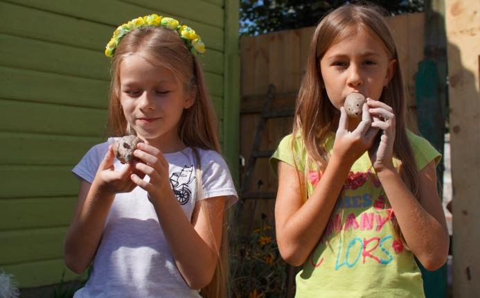 В Клинцах детей научили лепить уникальные глиняные свистульки