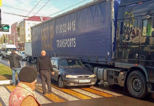 В Брянске на площади Партизан столкнулись легковушка и фура