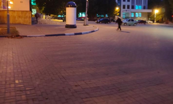 В Брянске из канализационных колец сделали рекламные тумбы