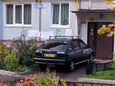 В Брянске автомобилист едва не въехал в подъезд многоэтажки