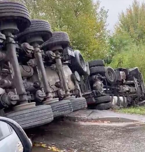 В Брянске на «Горке нищих» перевернулся бензовоз