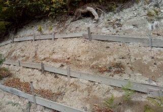 В Брянске склон рощи Соловьи укрепили хилыми колышками