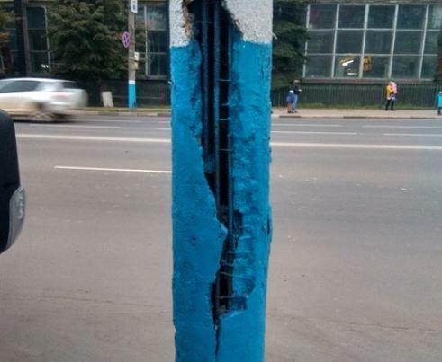 В центре Брянска бетонный столб приготовился рухнуть на дорогу