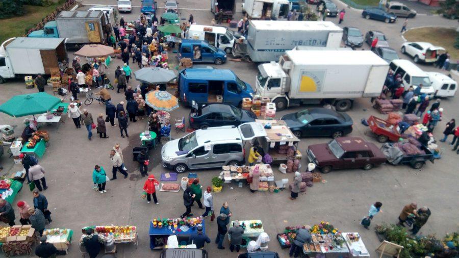 В Брянске организовали торговлю овощами у Вечного огня