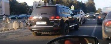 В Брянске автохам на Volkswagen перегородил встречную полосу
